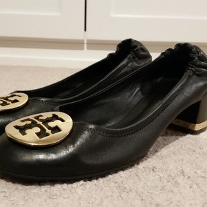 Tory Burch Amy Black Leather Gold Emblem Pumps 8